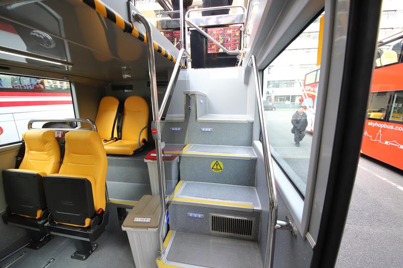 1階席と2階席を行き来するステップは車体中央に1か所