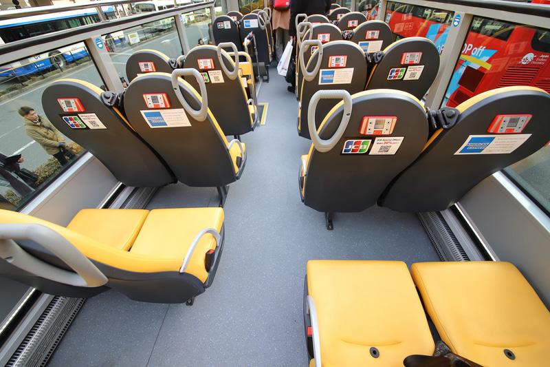 左側にステップがあるため、後方左側はシートピッチがわずかに狭い。そのため左右の座席が交互に並ぶ