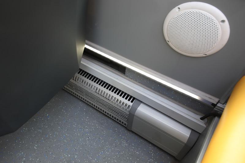 2階席足元には暖房の吹出口がある。