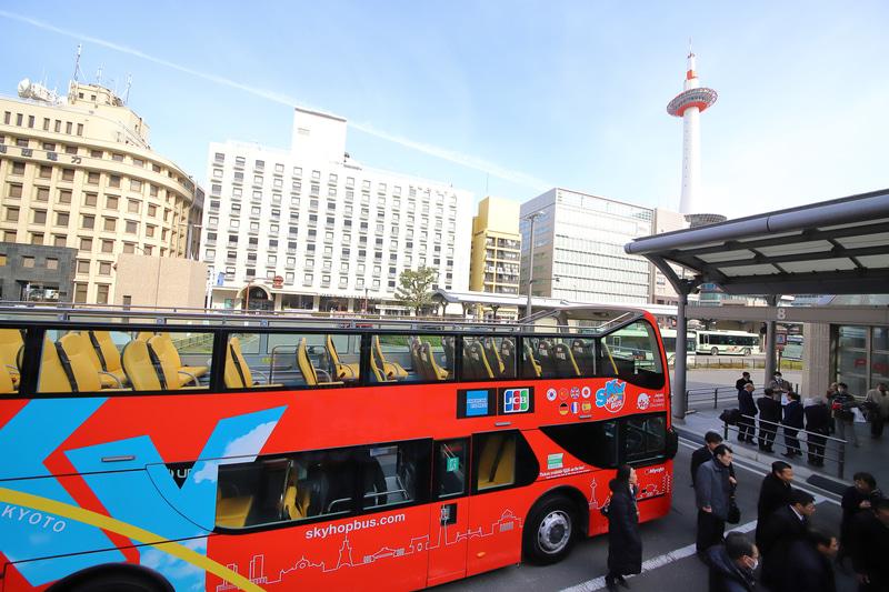 2階席からの視界。隣のバスは「オープンタイプ」の新型バス