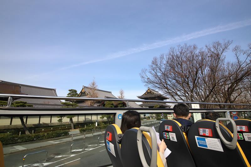 東本願寺前を通過。視界の広さはオープン席ならでは