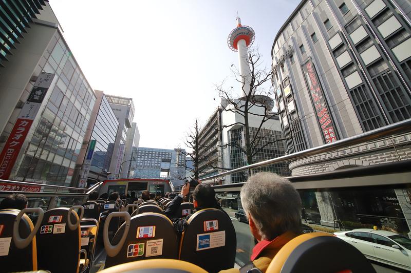 京都タワー。通常のルーフトップのバスやタクシーだとなかなか見られない景色だ