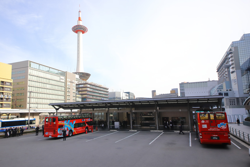 JR京都駅烏丸口の「京都定期観光バスのりば」へ到着