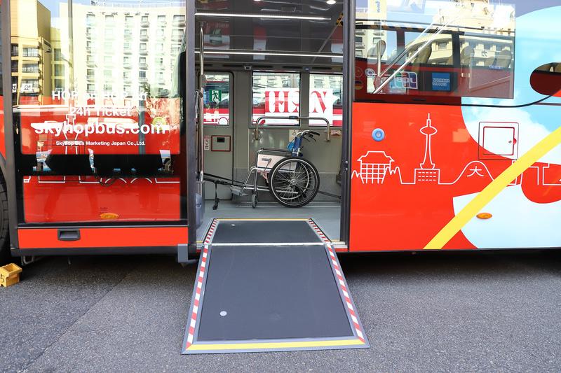 ドア付近の床面の一部を起こしてスロープにできる。その奥が車いすスペース