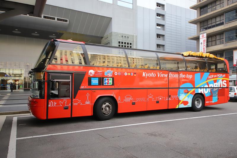 取材時、営業運行のため停留所に到着した従来型バスを撮影。これは1台のみの「カブリオレ」タイプ