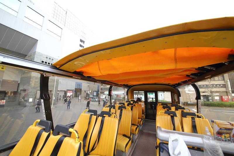 幌はルーフ全体を覆うことが可能だが、雨天でも一部オープンで運行することが多いという