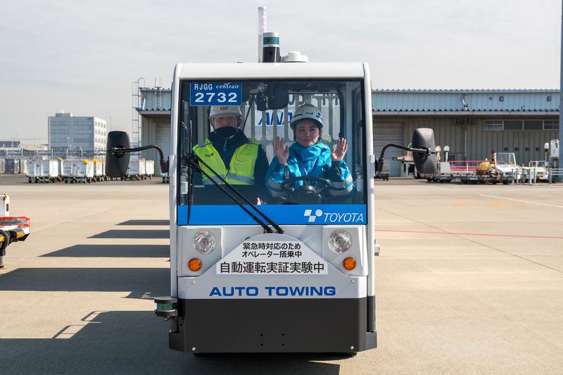 実証実験に用いる豊田自動織機のトーイングトラクター