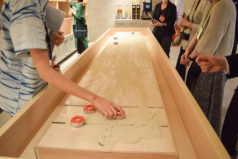 作品展示棚の前に置かれた台はシャッフルボードというゲーム