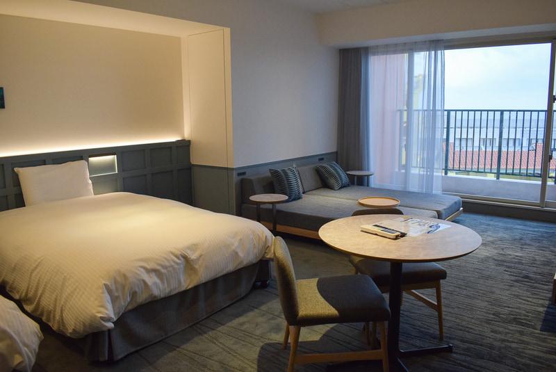 ジュニアスイート。同ホテルで一番広い部屋でベッド5台まで増やせる。オーシャンビュー