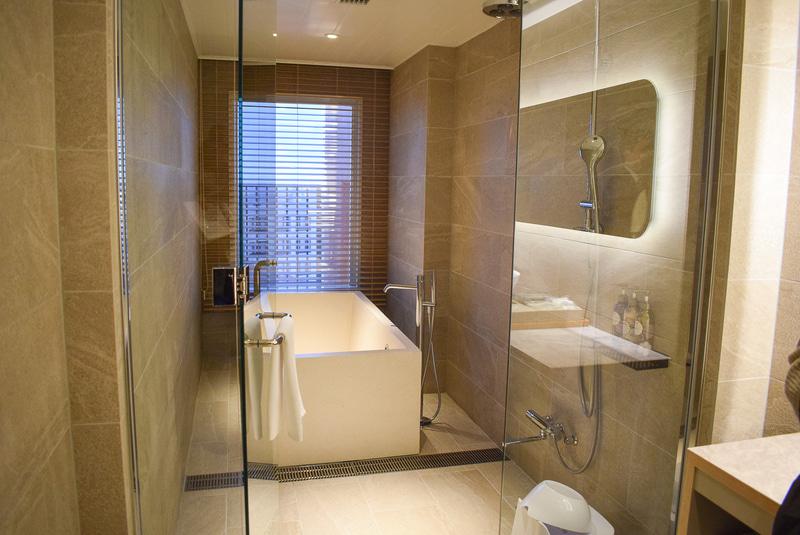 ジュニアスイートのバスルームは、バスタブが独立。夜景を見ながら入浴することも可能