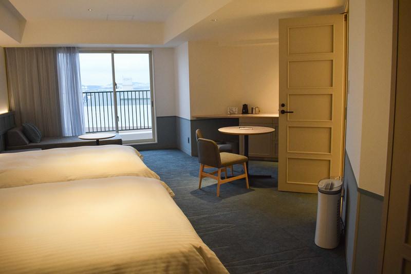 デラックスルーム。海は見えないが広々とした部屋。ベッド4台まで増やせる