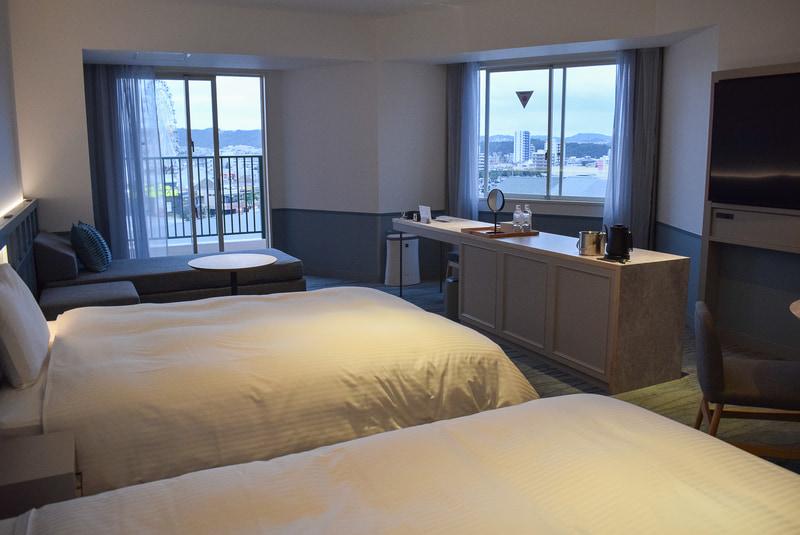 プレミアコーナールーム。角部屋でカウンター式のテーブルが特徴。ベッド4台まで増やせる