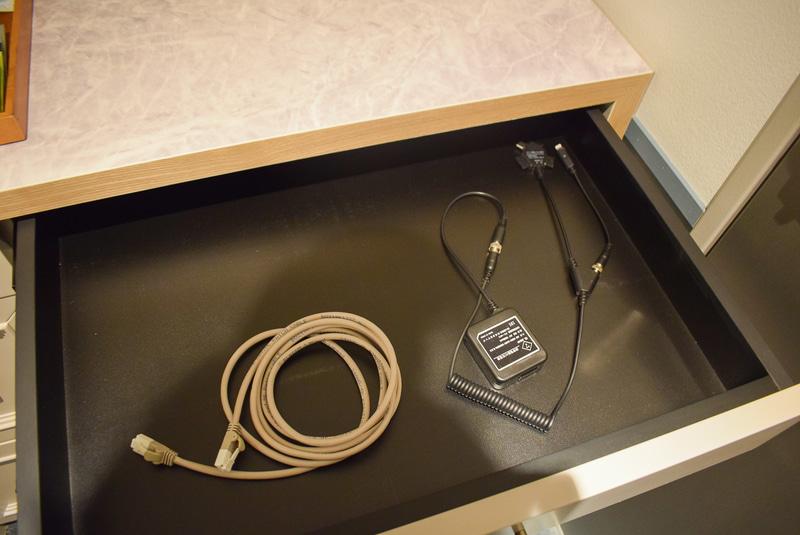冷蔵庫上の引き出しにはLANケーブルと携帯充電器