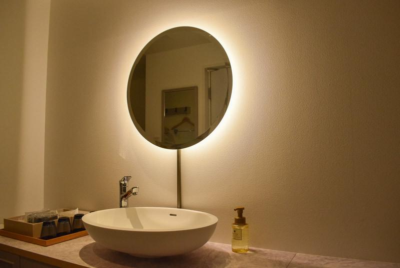 洗面台の鏡は間接照明