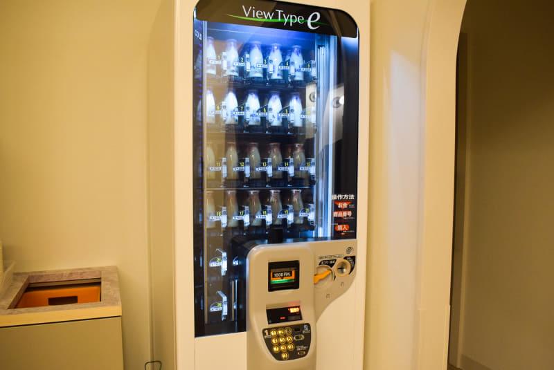 牛乳の自動販売機。コーヒー牛乳もある