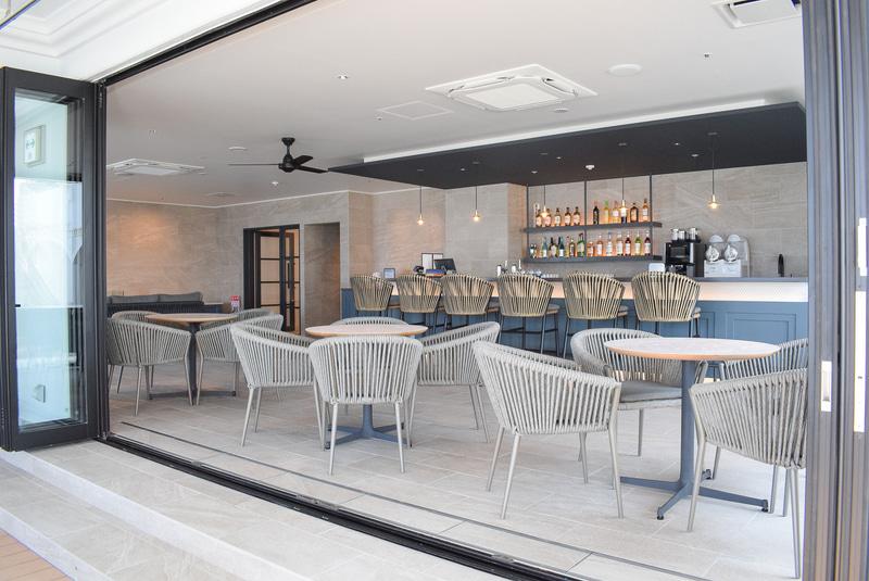 オープンな雰囲気のカフェ&バー