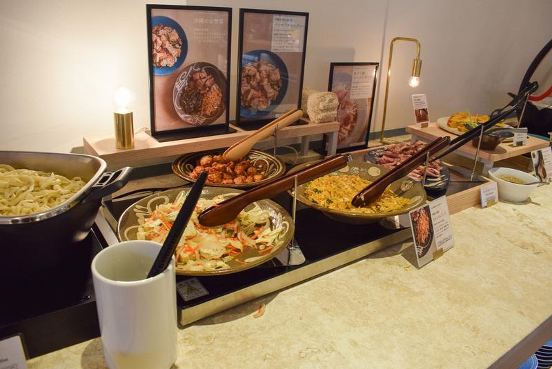 沖縄料理コーナーには、料理の説明パネルを設置