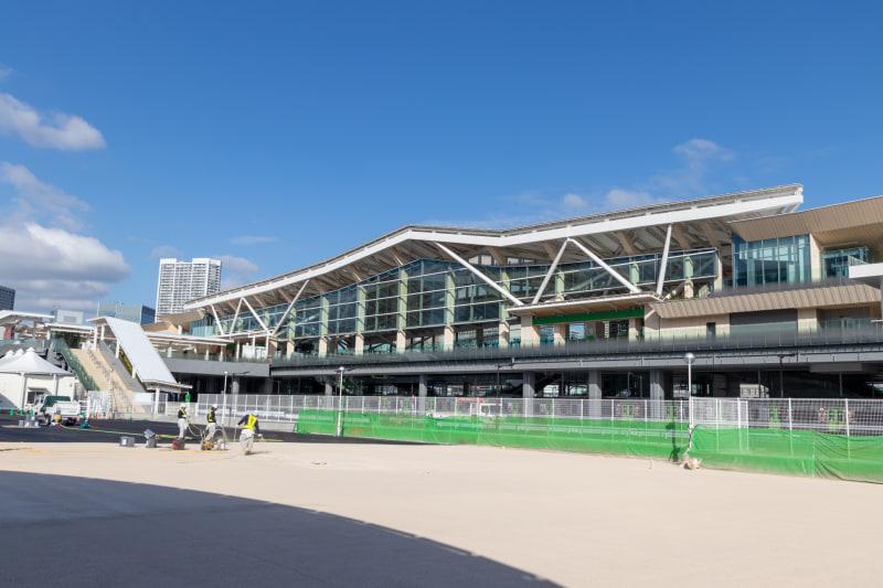 第一京浜の方向から見た駅舎全景