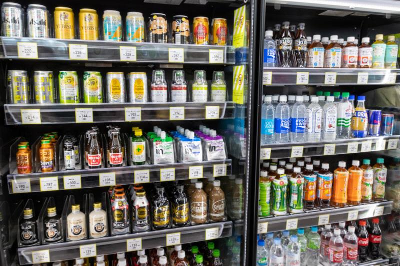品揃えは豊富で、ビールや缶チューハイといったアルコール類も置いてある
