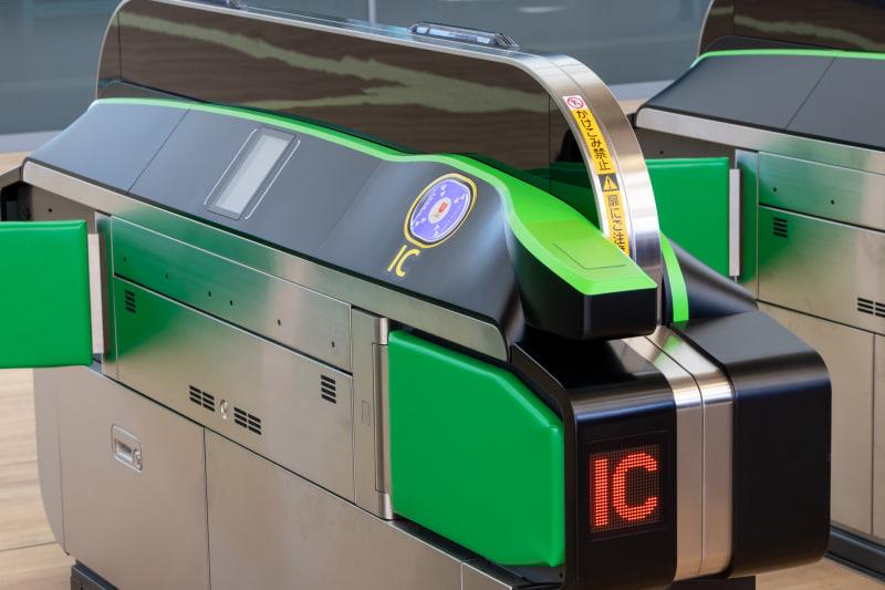 試験導入される新型の自動改札機。タッチセンサーが斜めに配置されているのが分かる