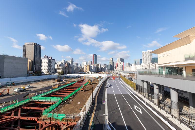 駅のすぐ横には新しい高層ビルが建設される予定