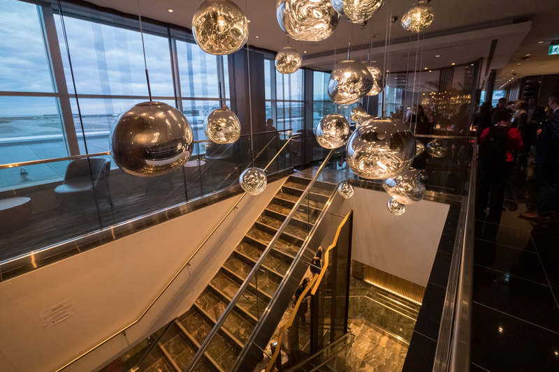 階段またはエレベータを上がった場所に設置されている