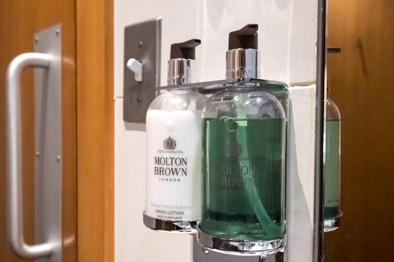 化粧室のハンドウォッシュなどにはモルトン・ブラウンを採用