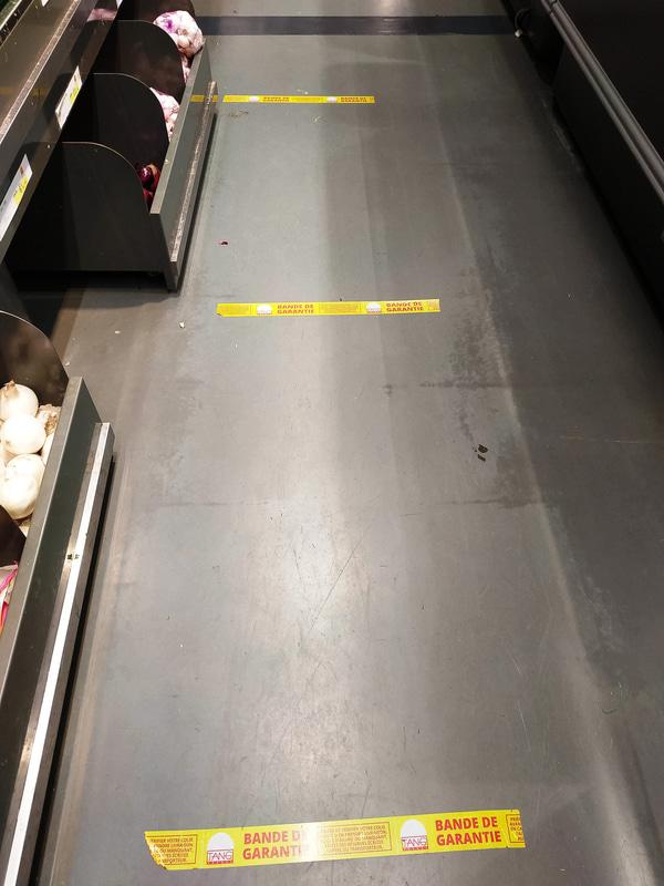店内には1mの間隔を示すテープが張ってありました