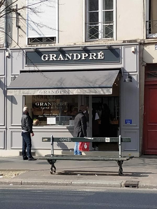 フランス人には欠かせないパン屋さんは、本来であれば週に1日は休まないといけないのですが、今は週に7日の営業が許可されています