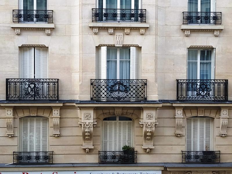 お向かいのアパートも、外出禁止となる前に、数軒が雨戸を閉めてどこかに行ってしまいました