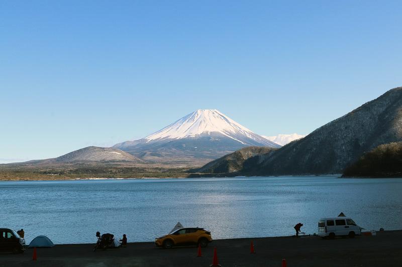 浩庵キャンプ場の浩庵貸しボート場から見た富士山。千円札の絵柄としてもおなじみ