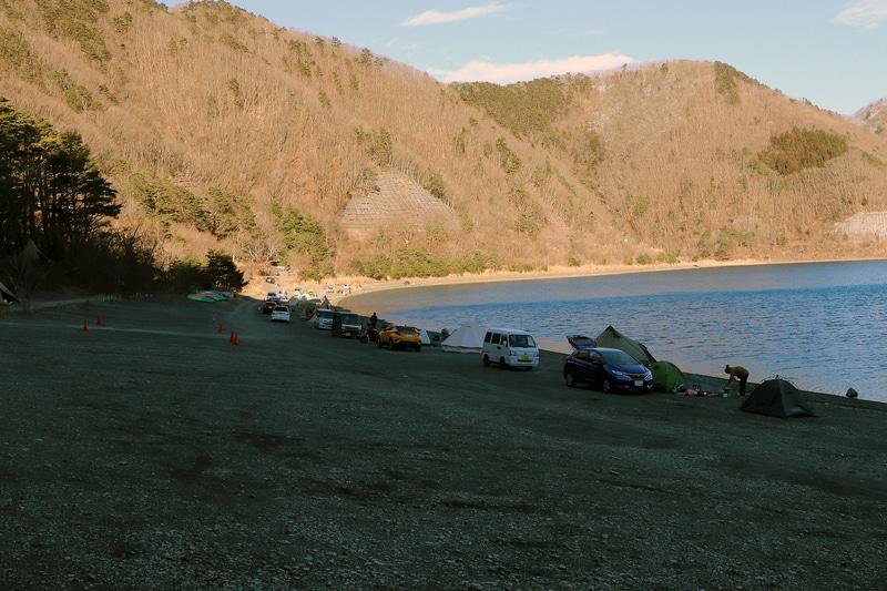 湖畔もかなり広く、入口からかなり離れたところまでテントを張ることができる。ただ場所によっては路面がわるく、最悪スタックするケースもあるため注意が必要だ