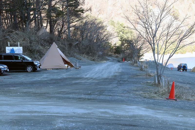 湖畔側でも、湖から少し離れたところにテントを張ることもできる。傾斜が気になるのであれば、こうした場所を選ぶのもよいだろう
