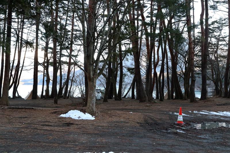 こちらはテントサイト。混雑時は自動車を乗り入れられず、駐車場に駐める必要がある。湖畔とは違った雰囲気が味わえる。なお、このときはまだ雪が残っていた