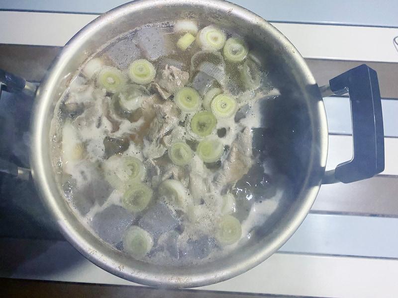今回のキャンプの夕食ではインターネット上のレシピを参考に芋煮を作ってみた。なお里芋の皮むきなどは自宅で行なっておき、キャンプ場では煮るだけで済むようにしている