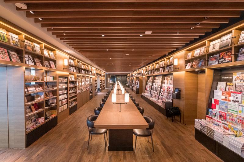 店内には54席の大型テーブルを設置しており、スタバのカフェとともに読書を楽しめる。各席にはAC電源とUSB電源も備えている