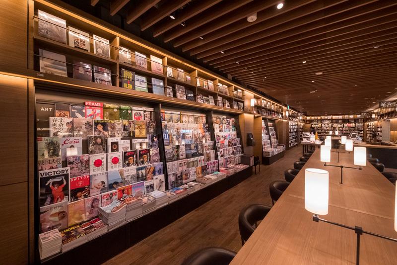 「マガジンストリート」と呼ばれる雑誌棚は約30m。和雑誌だけでなく、2割程度は洋雑誌となる