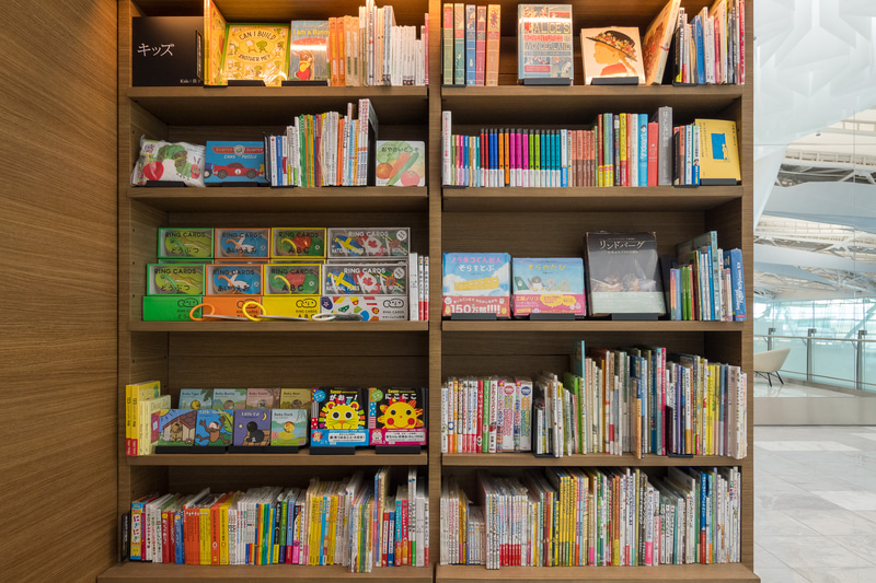 店内外に書籍の販売棚を設置。日本文化を紹介する書籍やマンガなどのほか、絵本コーナーも用意