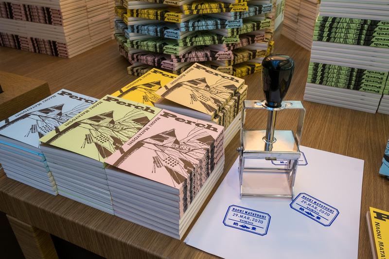 同店で2000部限定販売される又吉直樹描き下ろしのアンソロジー「Perch(パーチ)」。5色のパターンを用意し、日付入りの印を押して記念にできる