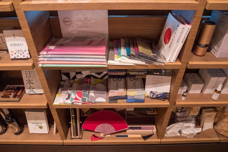 文具や雑貨も販売。お土産を意識して日本文化を感じられる商品を中心に並んでいる