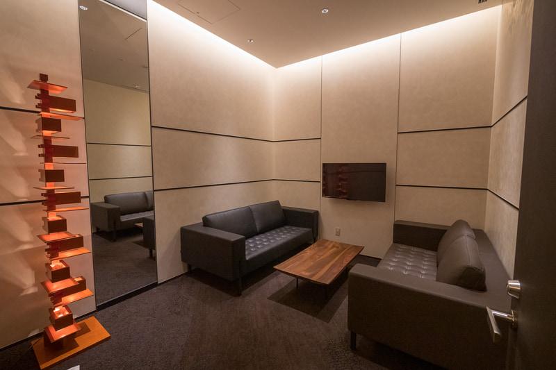 有料待合室は4室。ソファ席×2部屋、デスク&チェア(10名用×1部屋、4名用×1部屋)の計4部屋を用意する