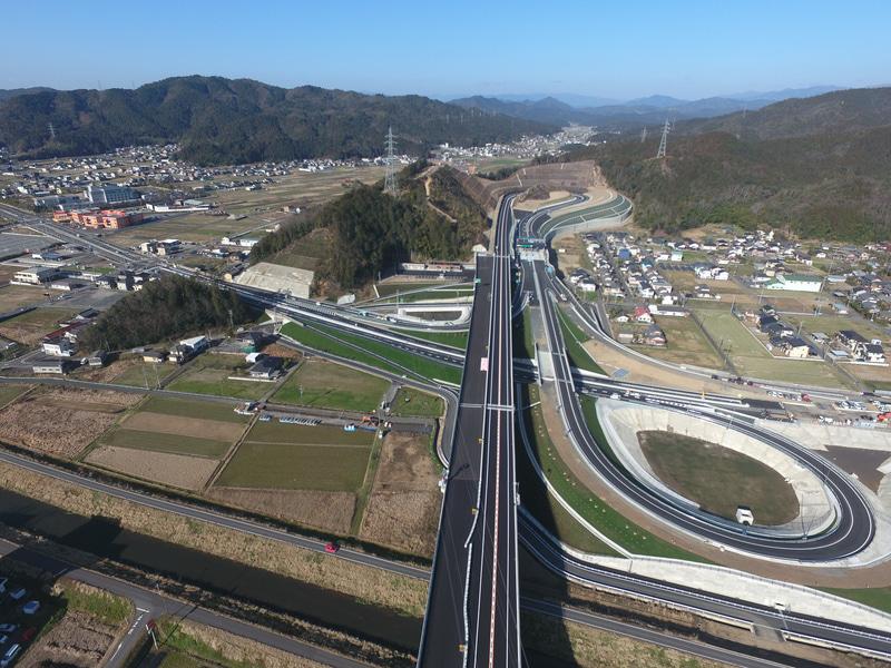 山県ICの空撮写真。現時点ではターミナルICとなるため大きくループして国道256号に接続する