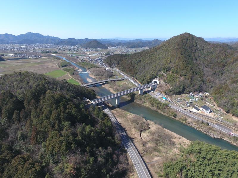 本線途中の三輪トンネルの空撮写真