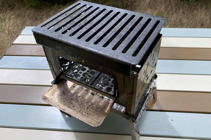 「笑's コンパクト焚き火グリル『B-6君』」に、オプションの「B-6君専用グリルプレート」と「B-6君専用ハードロストル」を組み合わせたところ。とにかくコンパクトで、どこにでも持ち運んで使うことができる