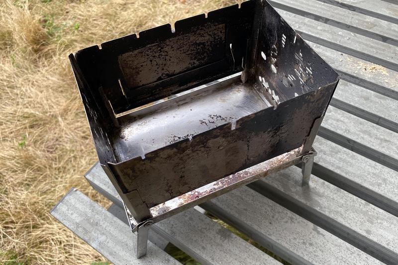 側面の板にレールがあり、そこに差し込むように前後の金属板を装着する