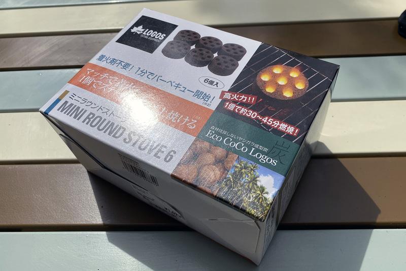 """B-6君と相性がよい炭としてお勧めしたいのがロゴスの「<a href=""""http://www.logos.ne.jp/special/01/"""" class=""""n"""" target=""""_blank"""">MINI ROUND STOVE(ミニラウンドストーブ)</a>」だ。コンパクトな円形の炭で、2つの炭がB-6君にちょうど収まる。ホームセンターのキャンプコーナーで売られていることも多く、入手しやすいのもうれしい。4個入りが682円、6個入りが1023円"""
