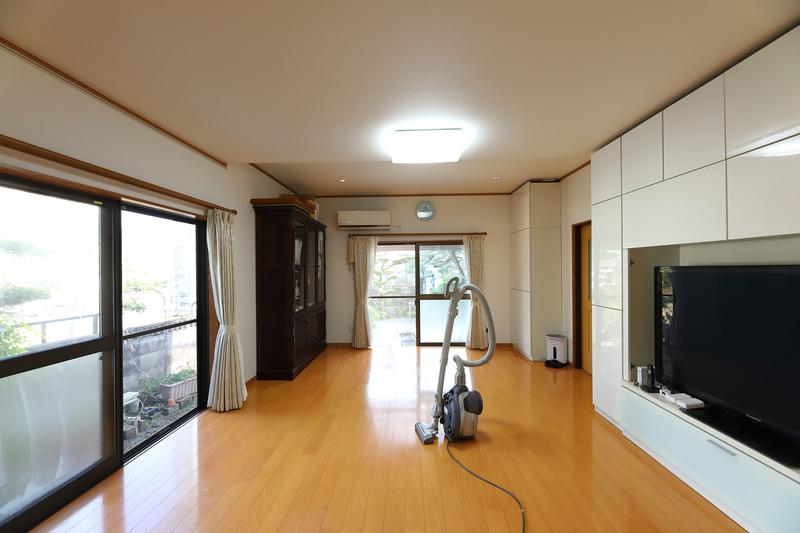 家具を運び出して掃除した室内。ちょっとした運動もできそうなスペースができた