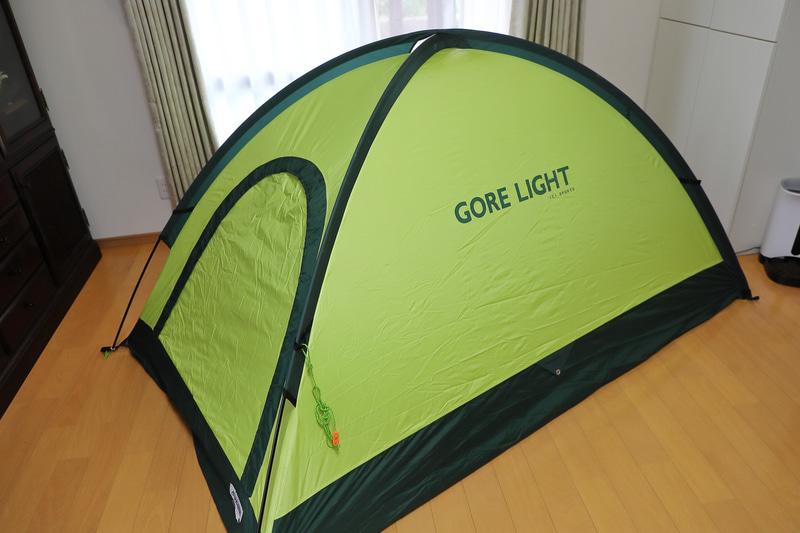 ポールをX型に挿し込むだけのドーム型テントは、慣れれば1人でも2~3分で設置可能だ