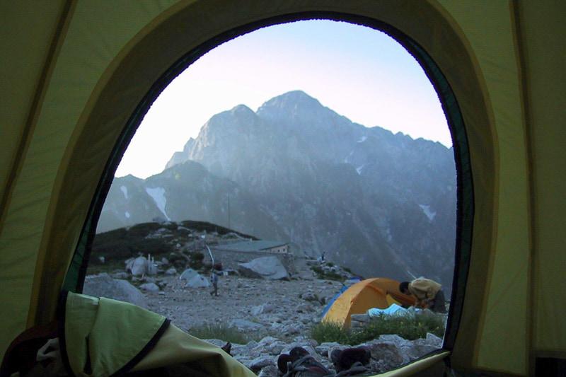 重量約1.2kgのゴアライトは登山に持っていきやすい。写真は2001年8月、剱岳登頂前日に撮影