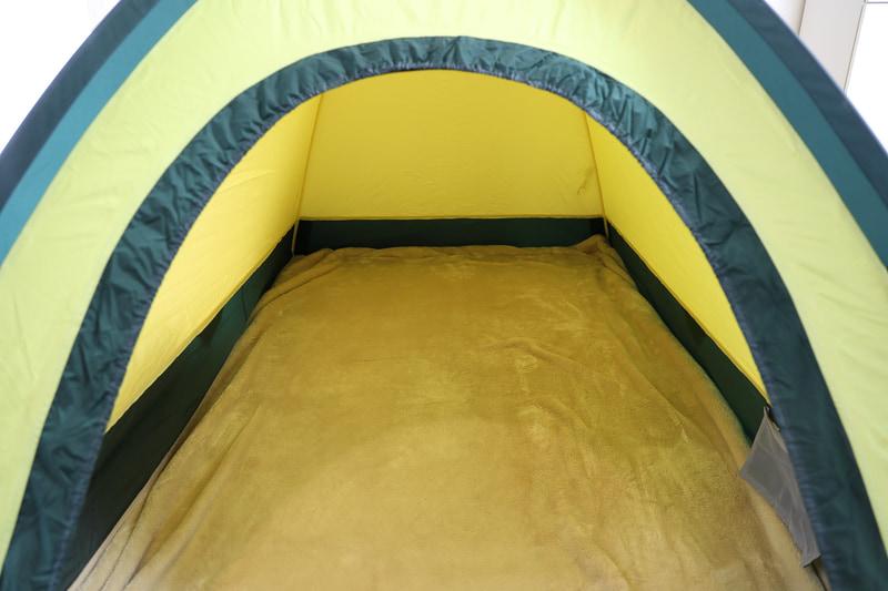 ゴアライト(2~3名用)は210×130×103cmで、1人だと窮屈さは感じない。銀マット、毛布を敷くと快適
